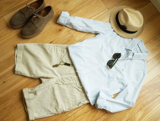 正装衬衫下摆长,要压到裤子里面,配以金属小物点缀。