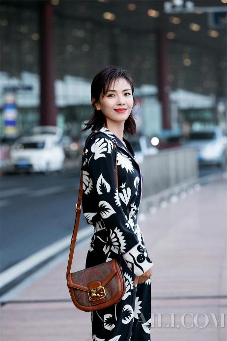刘涛身着ETRO印花套装成为机场瞩目焦点 开启戛纳电影节之旅