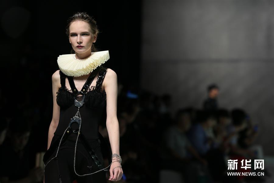 (新华视界)(7)上海大学-巴黎国际时装艺术学院举行毕业时装秀